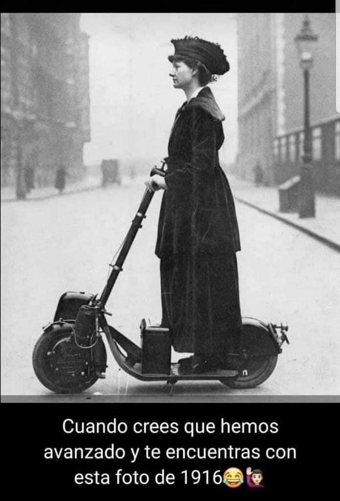 Mujer montada en un patinete eléctrico antiguo