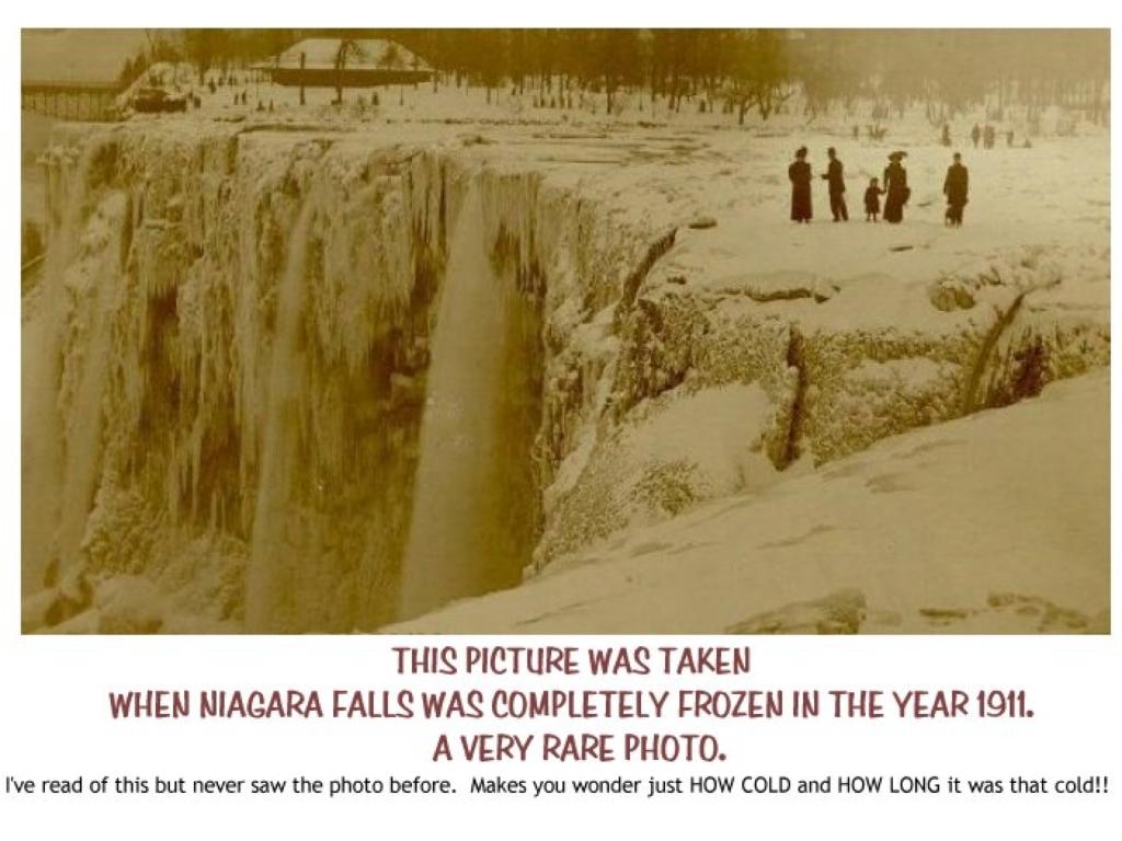 Cataratas del Niágara en 1911 completamente congeladas, con gente paseando sobre ellas.